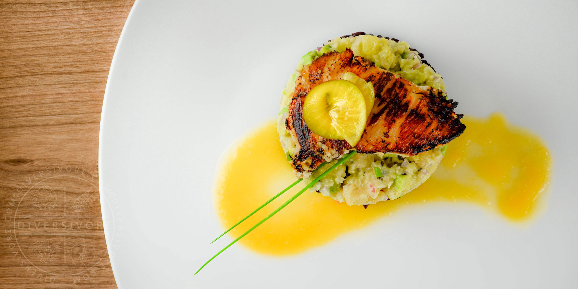 Halibut cheeks with golden kiwi, avocado, and macadamia tartare, served with black rice and golden kiwi sauce - Diversivore.com